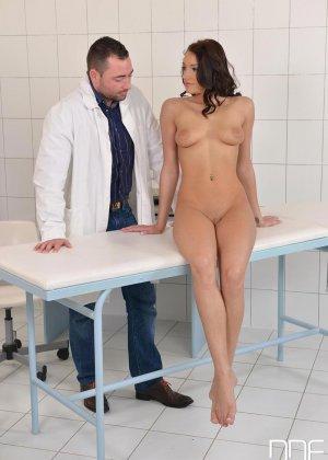 Не настоящий доктор выебал свою пациентку боком а потом кончил ей на киску - фото 4