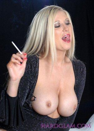 Лесбиянки с сигаретами в руках лижут лысый член паренька - фото 9