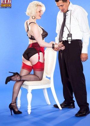 Голди Рэй показывает свою пышную фигуру фотографу, а затем подставляет свои дырочки для секса - фото 13