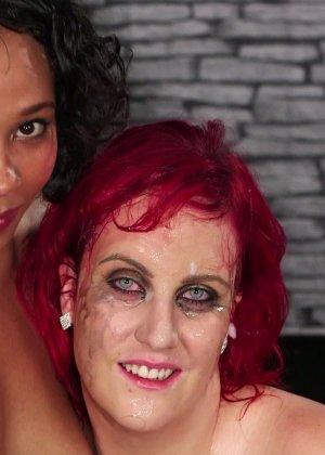 Развратная женщина с необычной внешностью показывает свою смелость в сексуальном плане - фото 27
