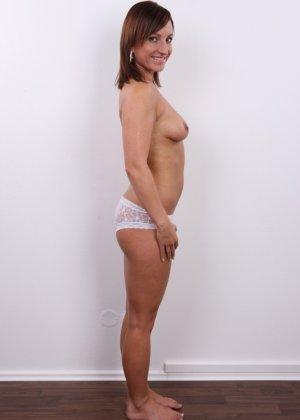 Шатенке нравится носить каблуки и красивое белое белье на всякий случай - фото 8