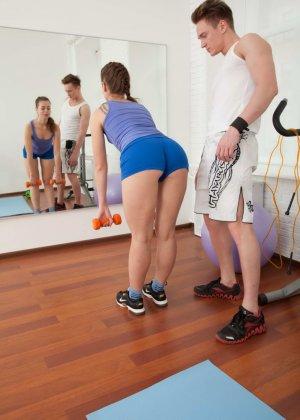 Девушка занимается спортом, но затем находит более интересное занятие в виде молодого человека - фото 5