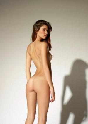 Девушка обладает идеальной фигурой, поэтому она показывает себя без всякого стеснения и стыда - фото 6