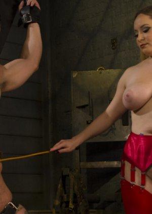 Госпожа наказывает своего накаченного раба, она хлыщет его зад плеткой и трахает до изнеможения - фото 11