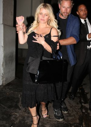 Развратную блондинистую актрису проводит к машине её хахаль - фото 9