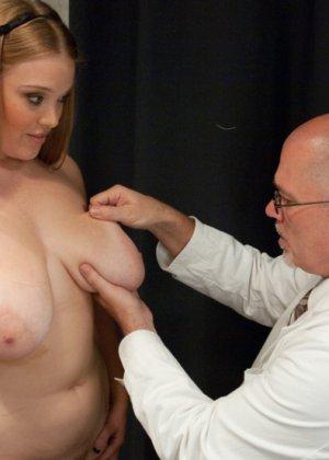 Пышногрудая шатенка пришла на осмотр к гинекологу, а тот оказался специалистом высокого класса – связал ее и выебал - фото 2