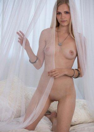 Молодая блондинка показывает всю свою сексуальность, принимая разные откровенные позы - фото 7
