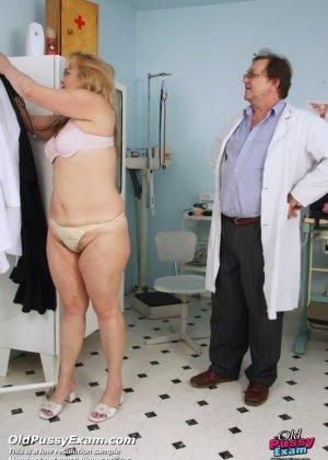 Зрелая женщина предлагает рассмотреть себя опытному врачу и он с удовольствием принимается за дело - фото 1