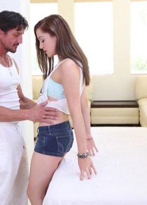 Самка приходит на прием к массажистку и забывается, ее трахают во всех позах пока муж ждет за дверью - фото 2