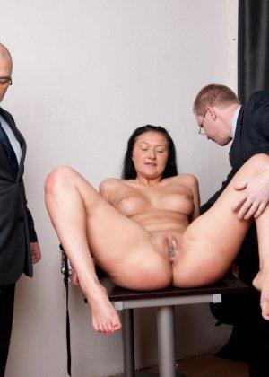 Два зрелых парня издеваются над красоткой суя ей в пизду секс игрушки - фото 8