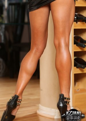 Горячая штучка показывает свою отличную физическую подготовку - ее телу можно только позавидовать - фото 11