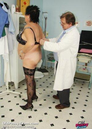 Зрелая женщина приходит на визит к гинекологу и она показывает ему все свои интимные части тела - фото 14