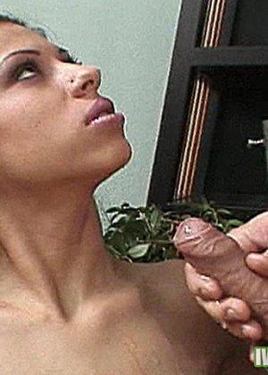 Горячая латинка дала мужику прямо в гостиной, он быстро отымел ее и оставил сперму на лице - фото 14