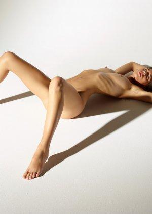 Девушка обладает идеальной фигурой, поэтому она показывает себя без всякого стеснения и стыда - фото 10