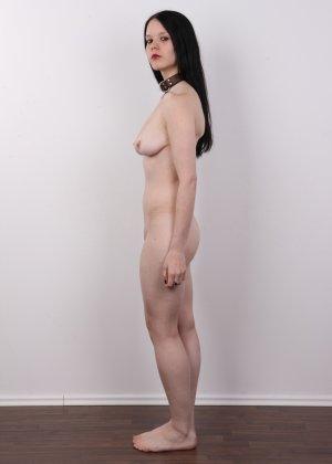 Эротическая фото сессия обнаженной брюнетки с некрасивыми сиськами - фото 10