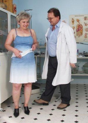 Женщина в возрасте приходит на прием к врачу и получает удовольствие от тщательного осмотра - фото 1