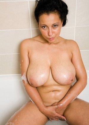 Роскошная латинская зрелая женщина моется в ванной и демонстрирует свои огромные сиськи и раскрытую пизду - фото 5