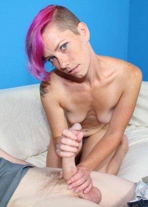 Девушка с розовыми волосами ебется с парнем и надрачивает ему стояк - фото 7