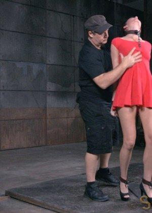 Соблазнительную телку в красном платье ебут два бухих друга в подвале - фото 5