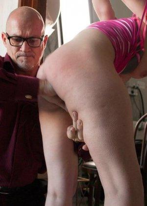 Сексуальную молодую телку зрелый парень жестко выеб в пизду - фото 5