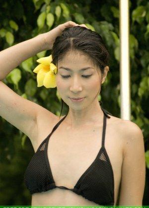 Азиатка с маленькой грудью медленно снимает с себя черный лифчик - фото 15