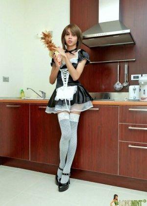 Горячая домработница в белых чулках позирует перед камерой на кухне - фото 1