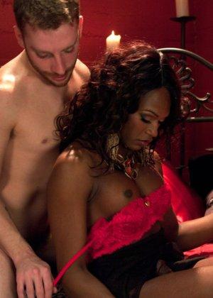 Черная женщина у которой ниггерский член выебала в жопу белого парня - фото 6