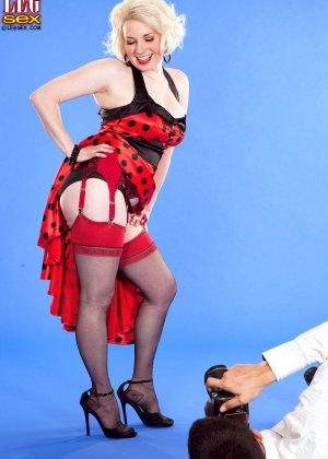 Голди Рэй показывает свою пышную фигуру фотографу, а затем подставляет свои дырочки для секса - фото 3