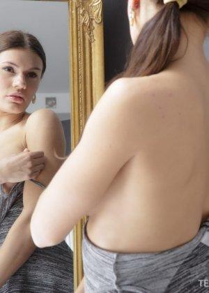 Парень давно делает эротические массажи, но самым красивым клиенткам он дает попробовать свой хер - фото 1