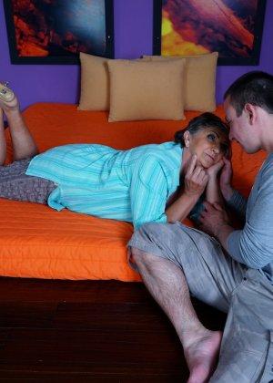 Женщина в почтенном возрасте соблазняет молодого мужчину и он устраивает ей хорошую еблю - фото 3