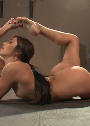 Красотка раздвигает ножки, чтобы вибратор приласкал ее киску и довел до дикого оргазма - фото 5