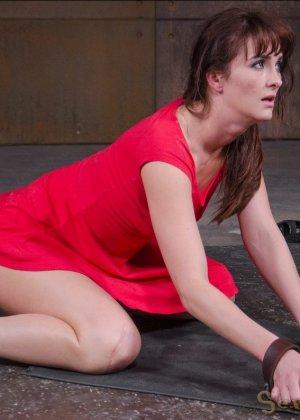 Соблазнительную телку в красном платье ебут два бухих друга в подвале - фото 15