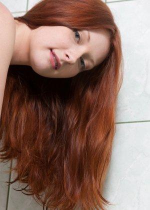 Рыжеволосая девушка принимает разные позы, чтобы показать себя с самых выгодных ракурсов - фото 11
