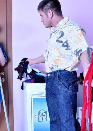 Мужик приходит с работы и решает трахнуть зрелую тетку, которая убирается в его квартире - фото 3