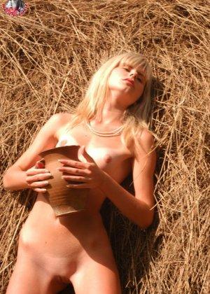 Худенькая блондинка оказывается на сеновале и поливает свое обнаженное тело молоком из кувшина - фото 7