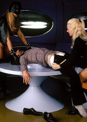 Две девушки в необычной обстановке соблазняют одного мужчину и набрасываются на него с ласками - фото 11
