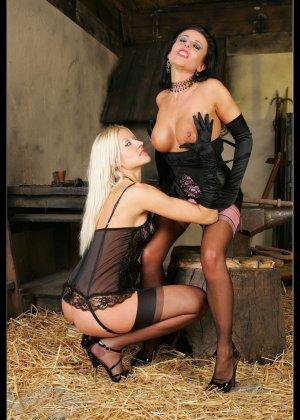 В старом заброшенном сарае две горячих лесбиянки лижут друг другу пизду - фото 1