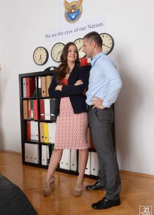 Анжелина Брилл решила пораньше уйти с работы, однако шеф поймал ее, пришлось трахнуться с ним на кушетке - фото 5