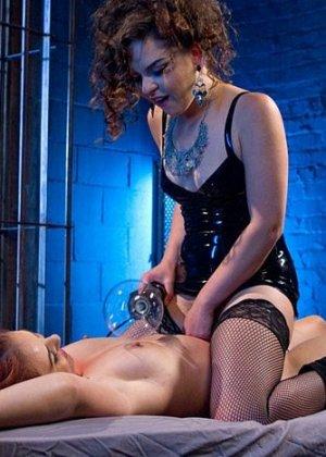 Рыжая дамочка соглашается на жесткое порево, подруга связывает ее и терзает вагину мощным вибратором - фото 12