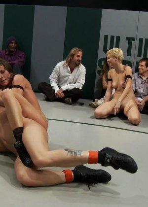 Девушки устраивают сексуальный поединок - они сражаются друг с другом в обнаженном виде - фото 11