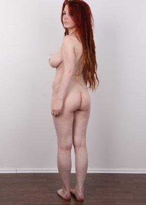Рыжая телка с дредами показывает фотографу свою выбритую промежность - фото 11