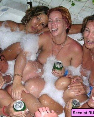 Голые девки кайфуют, показывая всем свои сексуальные тела и позволяя мужикам полапать себя - фото 14