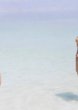 Девушка с натуральными сиськами и мокрым купальником улыбается на телефон - фото 13
