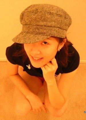 Корейская девушка в красных трусиках показывает сиськи и курит сигарету - фото 9