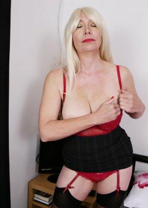 Хотя женщина уже немолода, но все же хочет почувствовать себя желанной и участвует в фотосессии - фото 3
