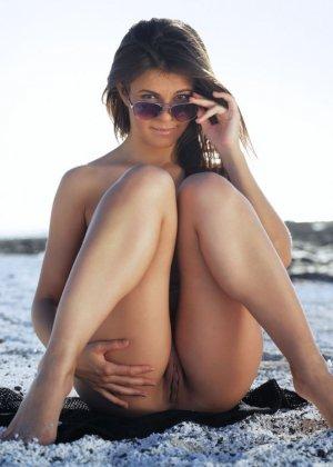 Зельда расслабляется на берегу, показывая свое сексуальное тело со всех сторон - фото 3
