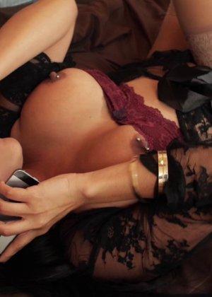Сексуальная крошка разговаривает в тот момент, когда к ней пристраивается возбужденный мужчина - фото 4