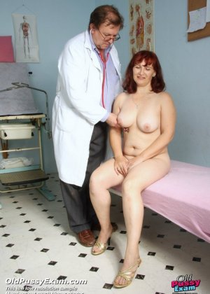 Зрелая женщина приходит на осмотр к гинекологу, а там оказывается мужчина, который вставляет расширитель - фото 4