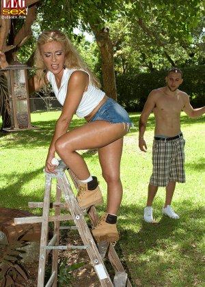 Жазелла Мур подставляет свои ножки для поцелуев, а затем ласкает стопами член молодого человека - фото 4