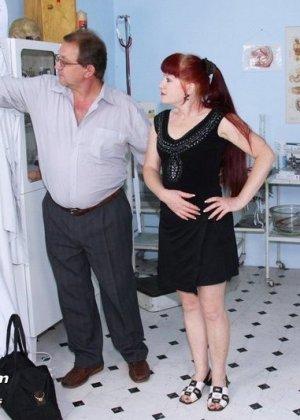 Женщина в возрасте встает в разные позы, чтобы дать развратному врачу рассмотреть себя везде - фото 1
